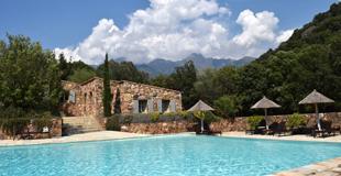 Mini piscine enterrée pour petit terrain : contraintes techniques et prix